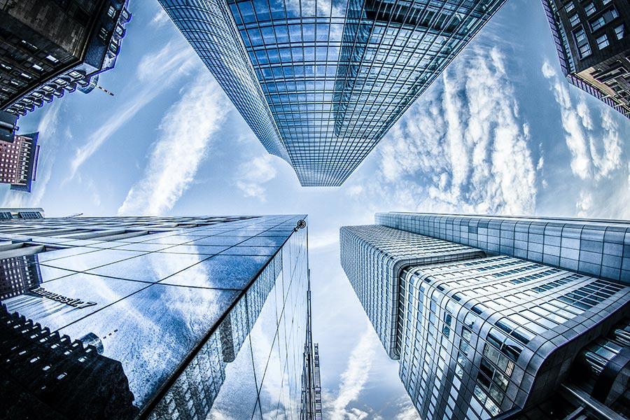 Edificios mirados hacia el cielo