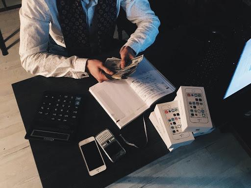 Profesional contando dinero